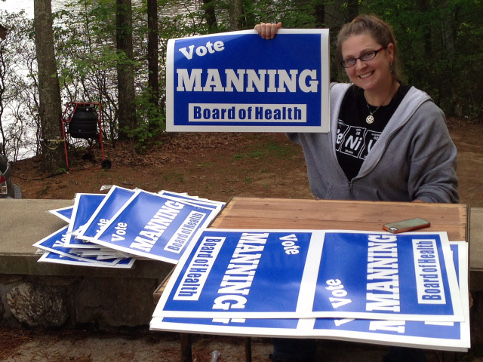 Dana-Manning-prepairing-her-campaign-signs